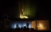 Julien Gosselin déploie son art de la narration scénique. Crédit photo : Christophe Raynaud de Lage