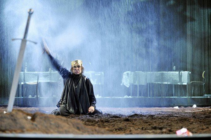 © Arno Declair  Légende photo : Epoustouflant Lars Eidinger dans le rôle d'Hamlet.