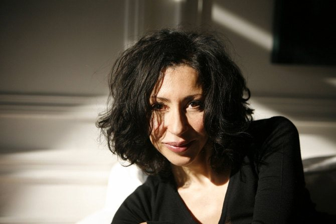 Légende : Yasmina Reza, auteure et metteure en scène de Bella Figura. CR : Pascal Victor ArtcomArt