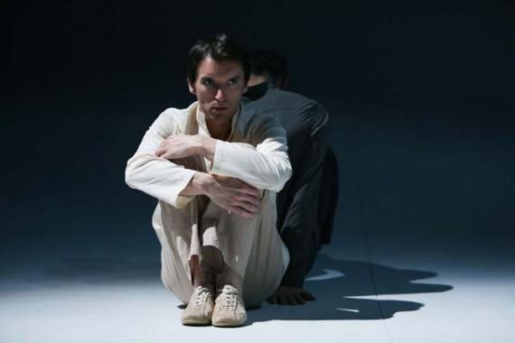 Crédit  : François Rousseau Légende  : Clément Hervieu Léger dans Les Cahiers de Nijinski, mise en scène Brigitte Lefèvre et Daniel San Pedro.