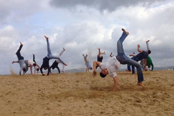 La plage, une des premières amours du Groupe Acrobatique de Tanger. Crédit : Halka