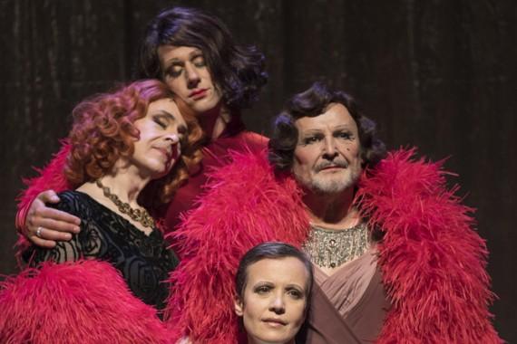 Véronique Vella, Michel Favory, Serge Bagdassarian et Benjamin Lavernhe dans L'Interlope. Crédit photo : Brigitte Engérand