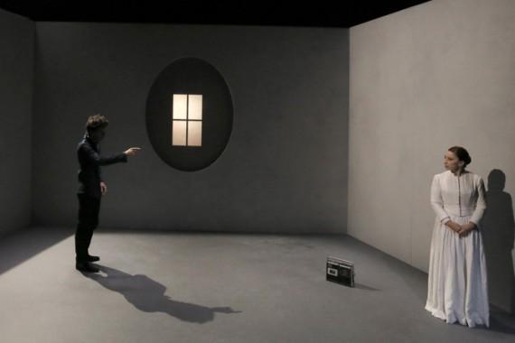 Légende photo : Ariane Ascaride et Loïc Mobihan dans Le Silence de Molière.  Crédit photo : Pascal Victor.