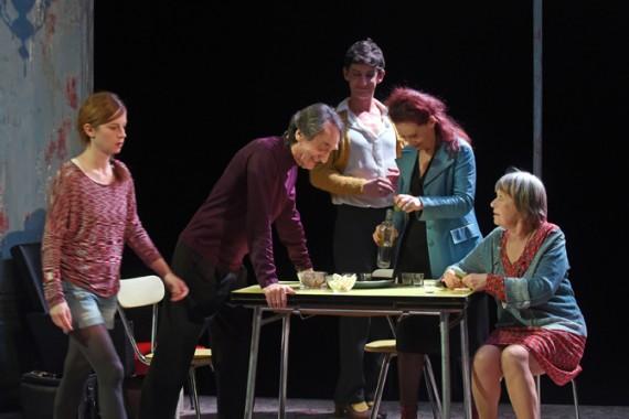 Crédit photo : Panta-théâtre Légende photo : La troupe du Panta-théâtre excelle dans Espía a una mujer que se mata.