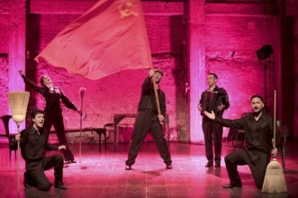 Camille Favre-Bulle, Ali Bougheraba, Benjamin Falletto, Cristos Mitropoulos et Olivier Selac dans Ivo Livi. Crédit photo : Fabienne Rappeneau