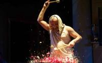 Jeu de tambours par le FOOTSBARN Théâtre.  Crédit : Footsbarn
