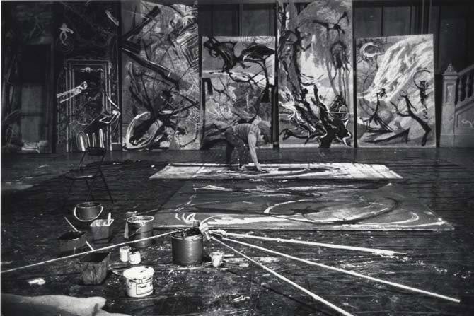 Crédit : Thierry Gründler - Légende : Valère Novarina en train de peindre le décor de Vous qui habitez le temps, en 1989.