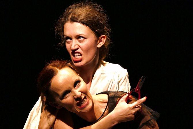 Anne de Boissy (en bas) et Alizée Bingöllü dans Grito / Je crie de Ximena Escalante.  Crédit : Yoann Tivoli