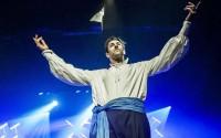 Le chanteur Yanowski sur la scène historique du Bal Blomet, ici dans le conte musical Zorbalov et l'Orgue magique.  © Meng Phu - JM France