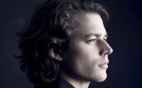 Le pianiste David Fray joue Mendelssohn en compagnie de l'Orchestre de Chambre de Paris. © Paolo Roversi / Virgn Classics