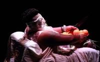 Crédit : Jérôme Séron Légende : Beau et bouleversant à la fois, Albert Khoza est mis en scène par Robyn Orlin.