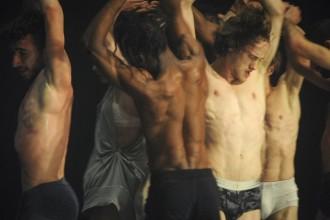 Crédit : Chris Van der Burght Légende : Nicht Schlafen d'Alain Platel et les Ballets C. de la B.