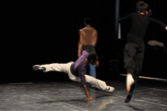 Crédit : Jeff Rabillon Légende : Le nouveau trio d'Amala Dianor est au 104 dans Séquence Danse.
