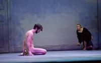 Crédit : Jean-Louis Fernandez Légende : Thomas Gonzalez et Emmanuelle Béart dans Erich von Stroheim, mis en scène par Stanislas Nordey.