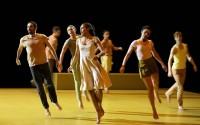 Crédit : Patrick Berger Légende : La légèreté de la danse baroque pour une pièce grave et riche de sens.