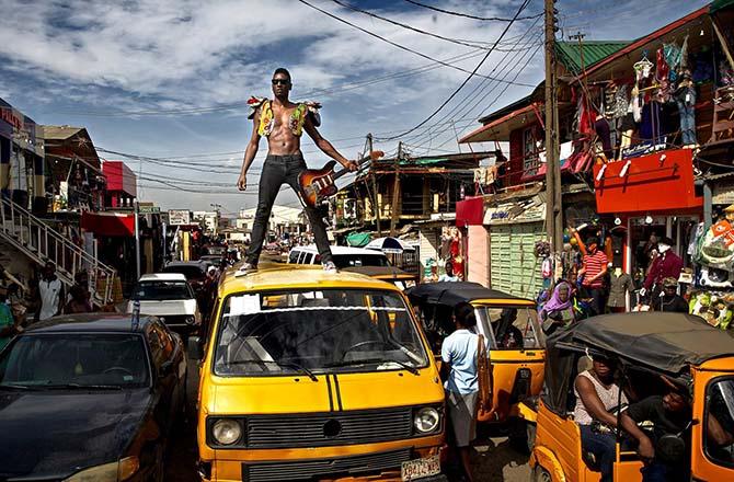Le charismatique Nigerian Keziah Jones, créateur d'un blufunk électrisant. © Amadi Obi