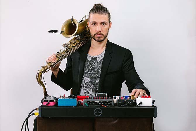 Le saxophoniste Guillaume Perret se présente sur scène en solo bardé d'électronique. © Guillaume Saix