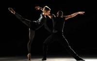 Crédit : Michel Cavalca Légende : One of a Kind par le Ballet de l'Opéra de Lyon.