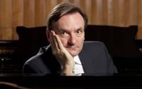 Le pianiste britannique Stephen Hough sera l'un des nombreux pianistes à faire escale à Lille.  (crédit : Andrew Crowley)