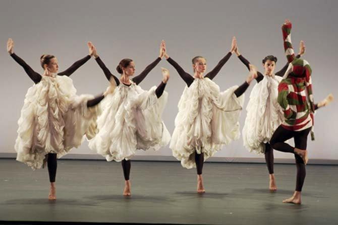 Crédit : Marie Hélène Rebois Légende : Photo extraite de Merce Cunningham, la danse en héritage de Marie-Hélène Rebois.
