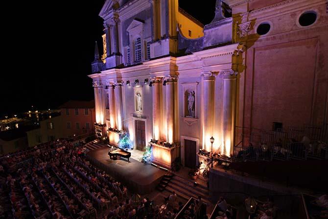 Le parvis de la Basilique Saint-Michel Archange. © N. Sartore