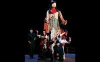 Légende : Marionnette géante et masques au service de l'univers carnavalesque de Molière.  Crédit : Ludovic Letot