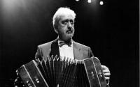 Le bandonéoniste Juan José Mosalini assure la direction musicale de la soirée « Alma de Tango » avec la chanteuse Sandra Rumolino, le 20 août au cloître de l'Abbaye de Sylvanès.