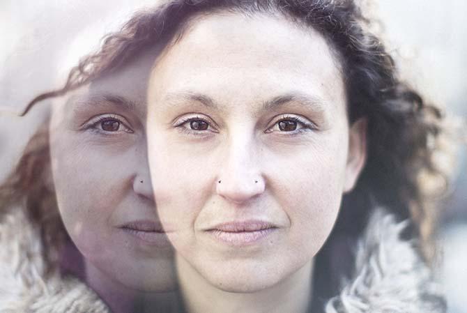 Légende : Métisse kabyle, italienne, mongole, Ottilie B invente une musique créative et spirituelle.  Crédit : Passage / Thomas Lang