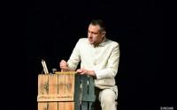 Légende : Joël Abadie, interprète et adaptateur de la pièce. © Evecab