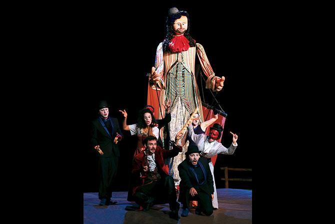 Les comédiens entourent la marionnette géante qui apparaît à la fin du spectacle Crédit: Ludovic Letot
