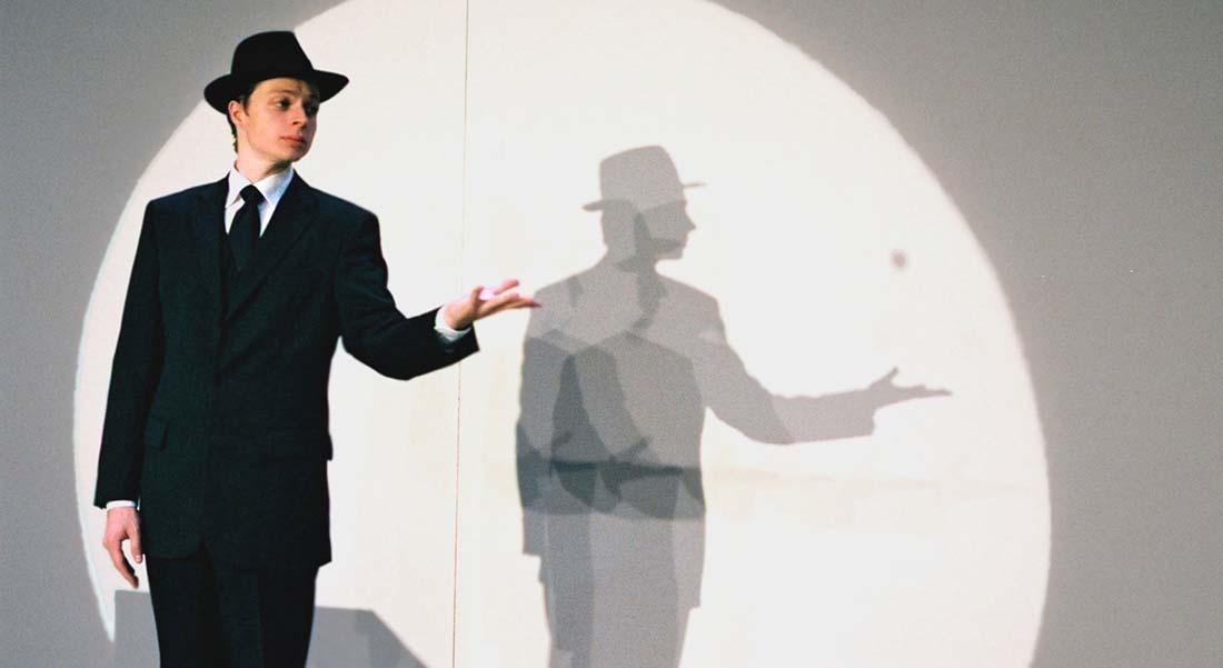 Homme encadré sur fond blanc de Pierric Tenthorey - Critique sortie Théâtre Paris Théâtre Tristan Bernard