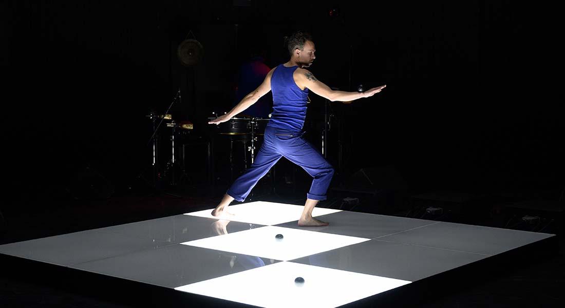 Avec Futuro Antico, Martin Palisse imagine un singulier rituel jonglé - Critique sortie Théâtre Bordeaux CREAC