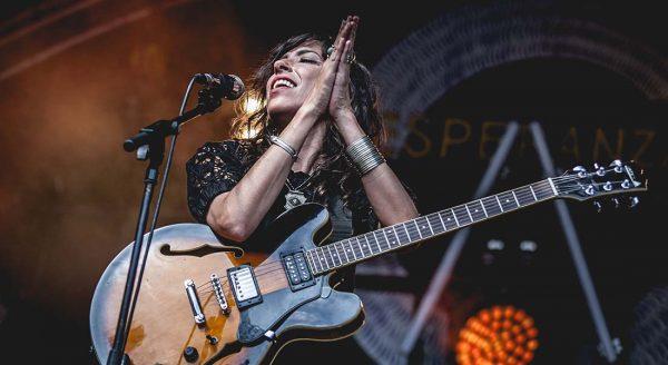 Djazia Satour offre un concert sur les berges de la Seine