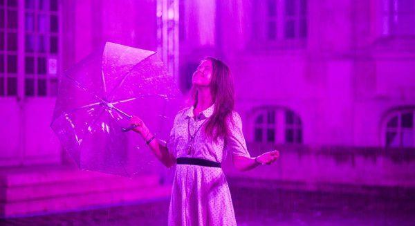 Purple Rain de Pierre Ardouvin installe ses visiteurs sous une pluie violette, originale et déroutante.