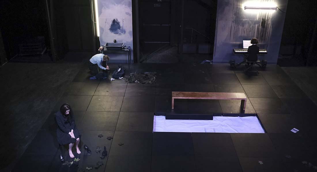 Eurydice, une expérience du noir, mise en scène d' Antoine Gindt sur la musique radicale de Dmitri Kourliandski avec la soprano Jeanne Crousaud et le danseur Dominique Mercy - Critique sortie  Nîmes