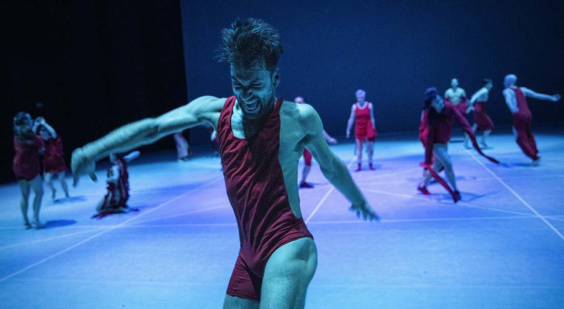 any attempt will end in crushed bodies and shattered bones, chorégraphie de Jan Martens - Critique sortie Danse Avignon Festival d'Avignon. Cour du Lycée Saint-Joseph