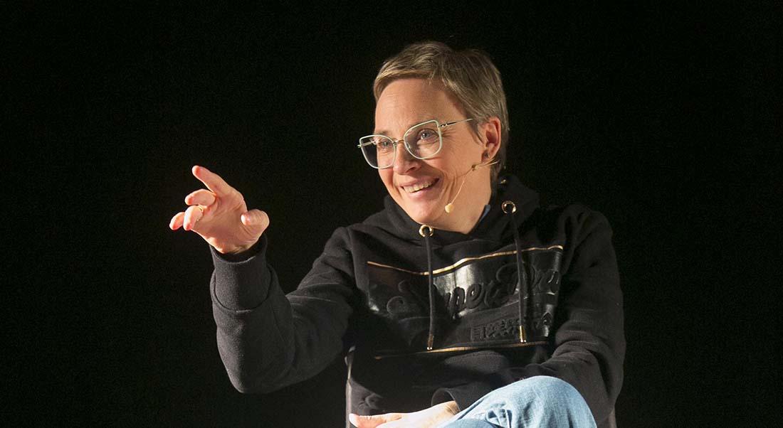 One woman sit-up show de Stef Binon, mise en scène Amélie Gonzales - Critique sortie Avignon / 2021 Avignon Avignon Off. Théâtre les Etoiles